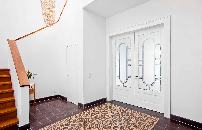 Hausflur mit Treppe und Tür