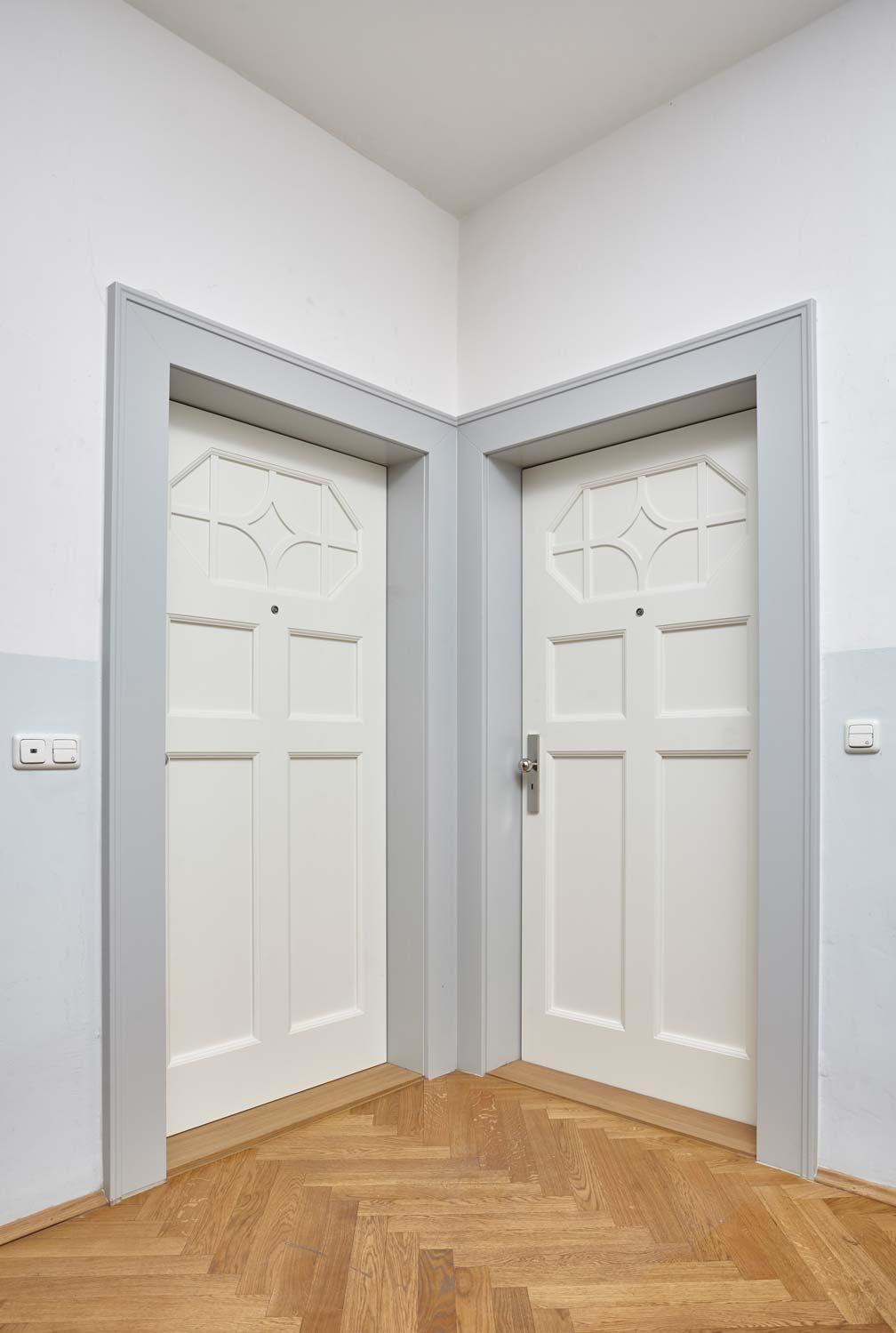 2 weiße Türen